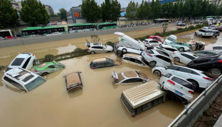 郑州大量机动车被水淹