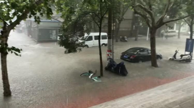 小郭拍摄的河南暴雨
