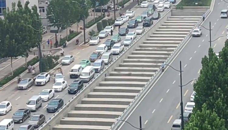 郑州隧道被淹失踪者超百人 网爆多辆疑似运尸体车