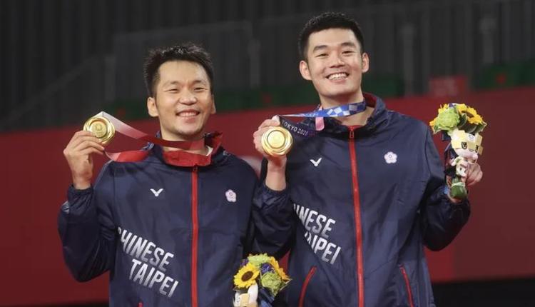 台湾羽球男双组合李洋(左)与王齐麟(右)获得羽球男双金牌
