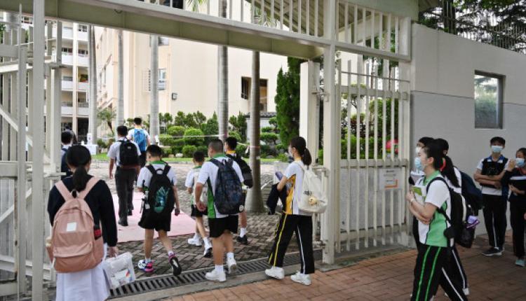 图为学生前往学校上课