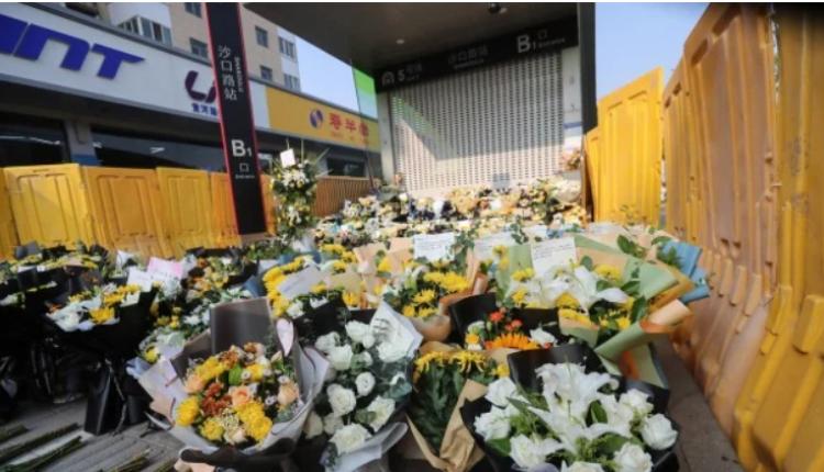 7月27日,河南省郑州市一个地铁站前,民众献花悼念水灾遇难者。