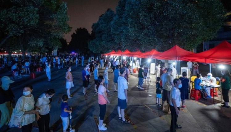 8月3日,湖北省武汉市居民排队进行COVID-19核酸检测