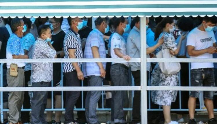 2021年7月21日,南京居民排队接受 Covid-19 冠状病毒的核酸检测。