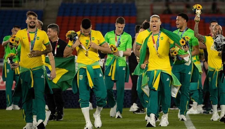 """东京奥运男足夺冠的巴西队7日赛后没有穿著赞助商中国品牌""""匹克""""的领奖服领奖"""