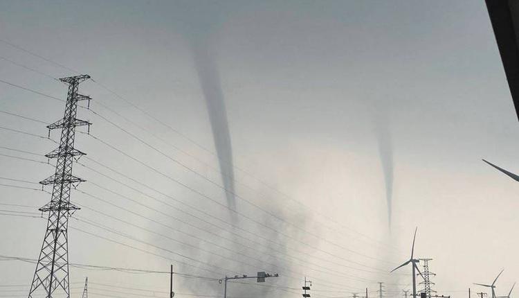 中国山东省滨州市10日发生罕见双龙卷风现象