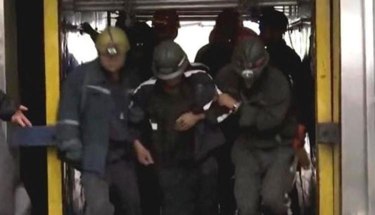 煤矿事故后逃出井口的矿工