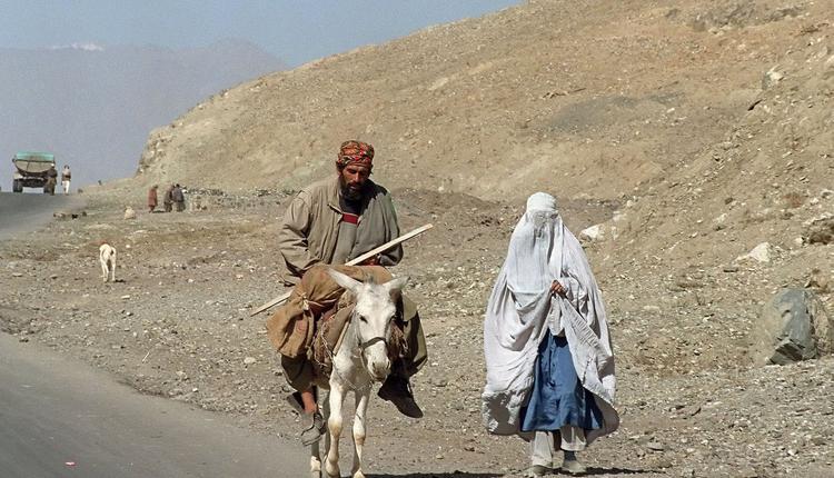 塔利班统治时期女性必须全身穿着罩袍