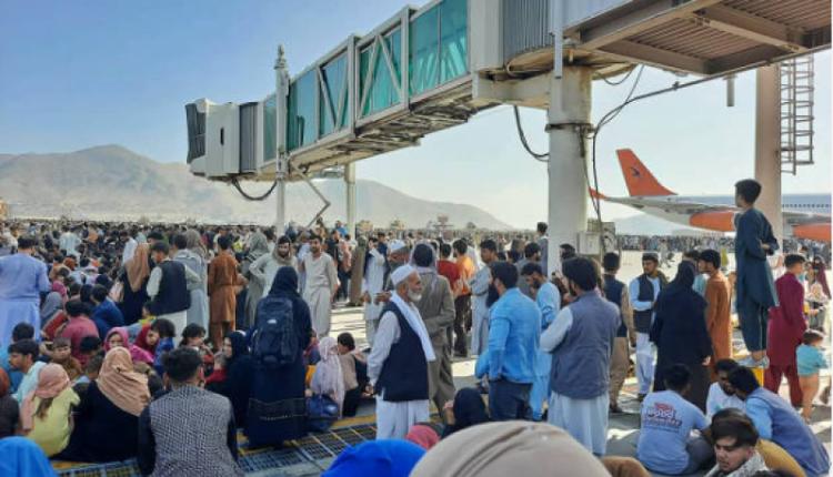 8月16日,阿富汗首度喀布尔机场挤满了逃难的阿富汗民众