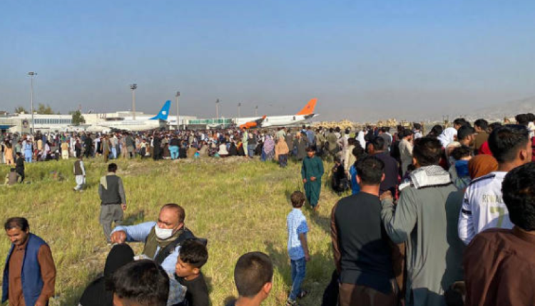 大量阿富汗民众挤满喀布尔机场等待逃离