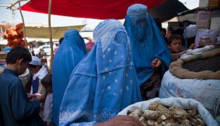 穿着传统波卡的阿富汗妇女,摄于2010年