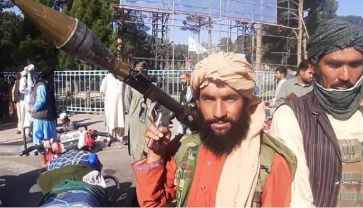 一名塔利班武装分子在阿富汗第三大城市赫拉特的路边拿著一枚火箭榴弹。