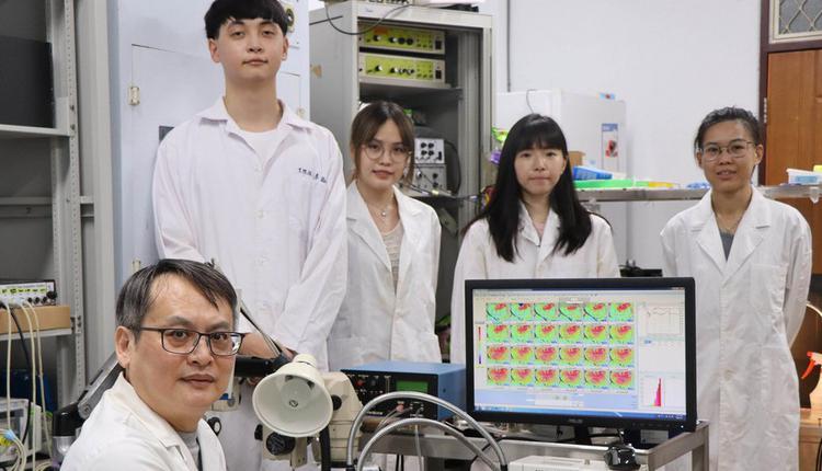 台湾师范大学生命科学专业学院特聘教授郑剑廷(前左)研究团队