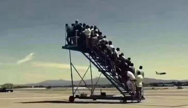 阿富汗喀布尔等待登机的民众