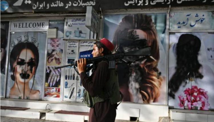 8月18日,在塔利班攻占的喀布尔街头,美容院的女性图片已被涂黑