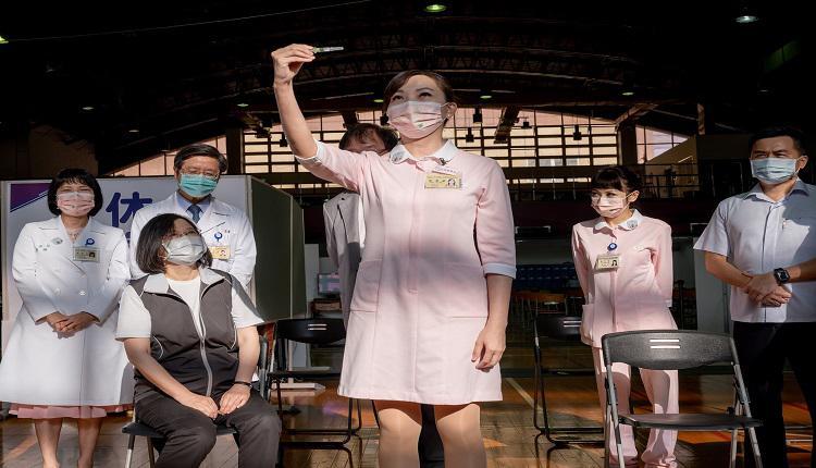 护理师展示高端疫苗