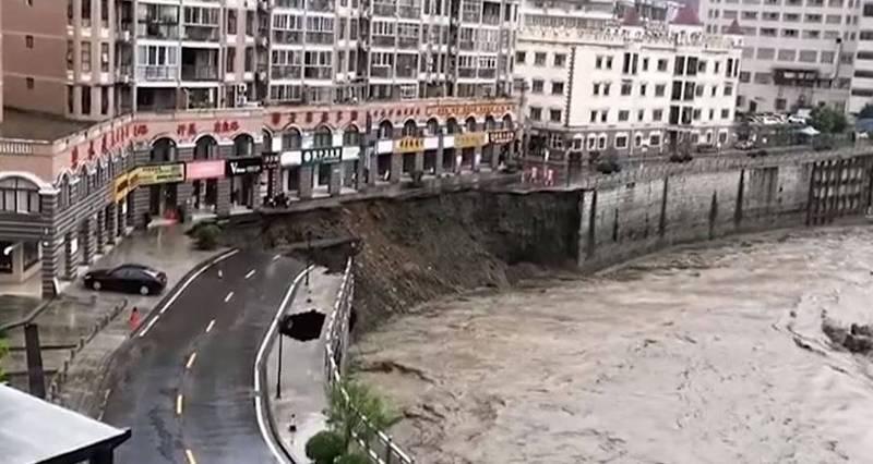 陕西石泉县河堤22日因为暴雨影响,河水上涨而垮塌。