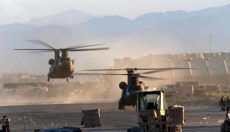 """两架美国陆军CH-47 """"奇努克""""直升机在阿富汗巴格拉姆机场降落。"""