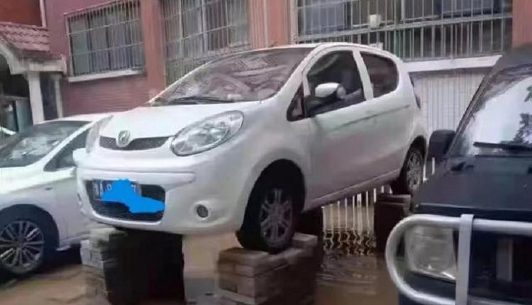 为避免爱车被泡郑州辅警用砖做支架不幸被砸身亡