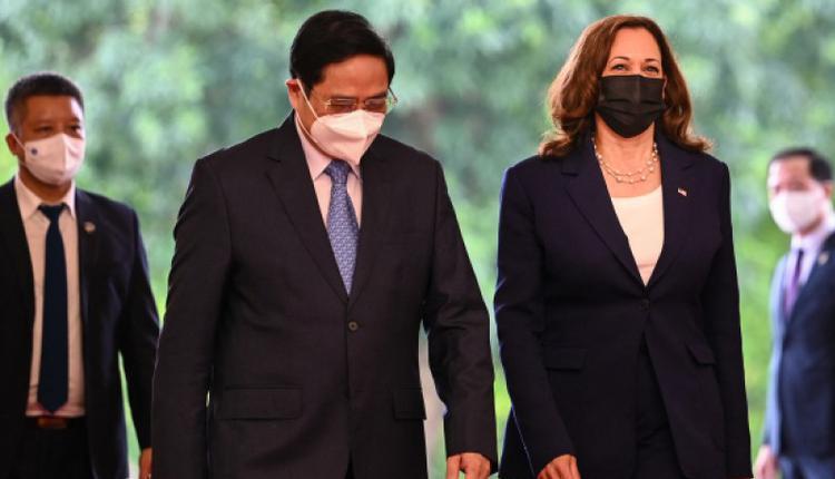 美国副总统卡马拉・哈里斯访问河内期间与越南总理范明正同行。