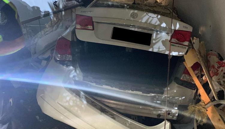 汽车撞破房子