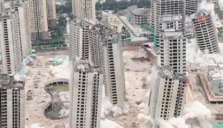 烂尾长达7年 15幢楼房被爆破拆除