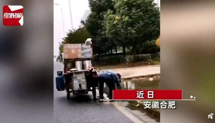 中国早餐车摊主舀路边积水放锅中蒸包子