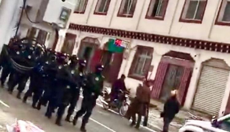2021年3月,中共军警在四川省甘孜州石渠县温波镇境内巡逻现场。
