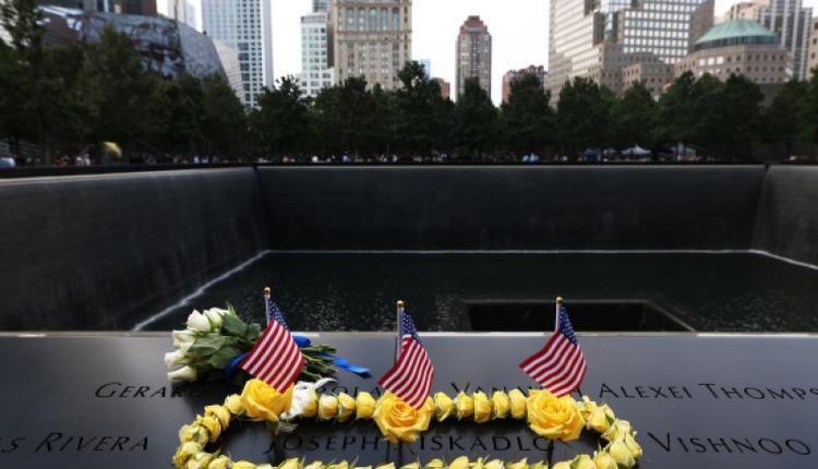 """9月11日,纽约人在世贸中心大厦悼念""""911""""恐袭事件遇难者"""