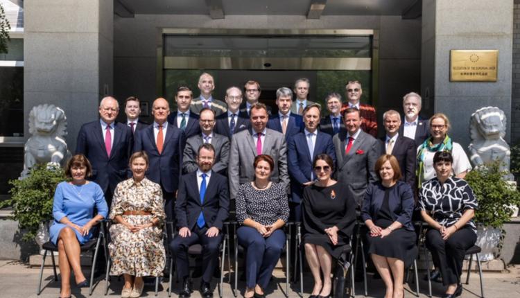 欧盟多国使节与立陶宛大使合影以示声援。