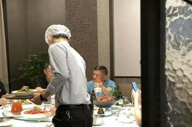 马云被拍到与友人吃饭