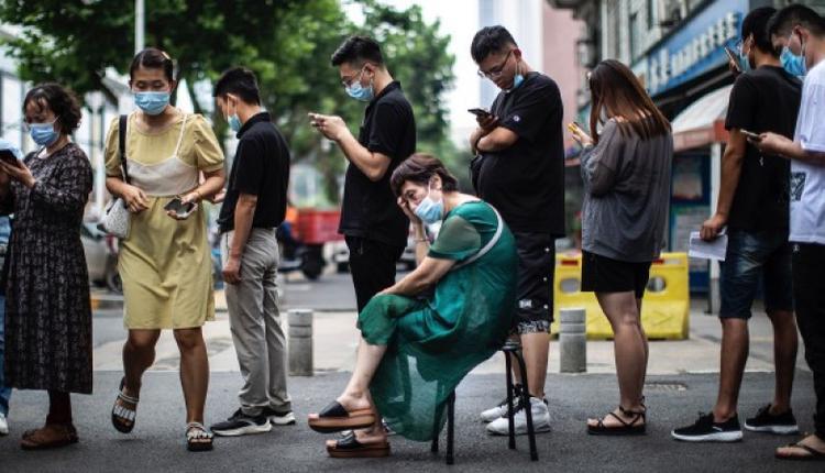 排队等待接种的人们