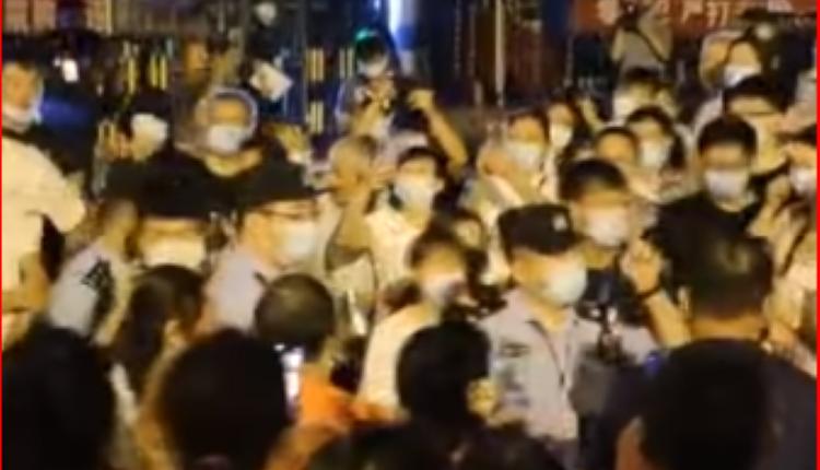 香江北岸小区住户围着警察讨说法