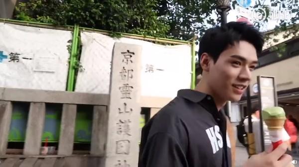 """龚俊vlog背景出现""""京都灵山护国神社""""路标,被质疑前去参拜。"""
