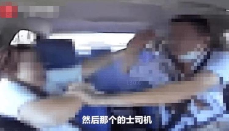 司机当场流出鲜血,试图抵抗,随后女子又多次刺向司机。