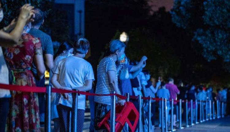 福建省莆田市疫情扩散至泉州市和厦门市,人们排长队等待核酸检测。