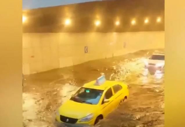 """重庆有隧道因雨势而淹起大水,困在水里的汽车只得在""""水中划"""""""