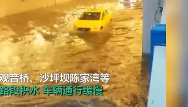 重庆暴雨机动车在积水中艰难前行