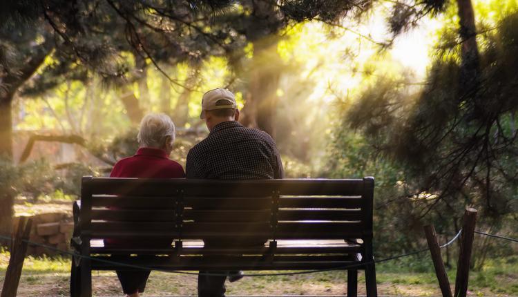坐在公园里的老人