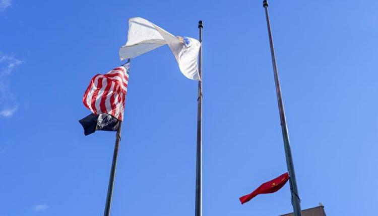 波士顿市政府升旗,升到一半被卡住,后来仪式取消。