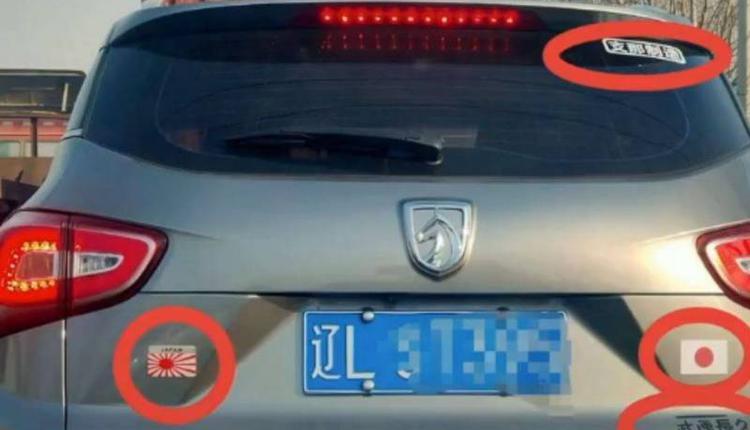 中国一名驾驶在自家轿车贴上日本国旗