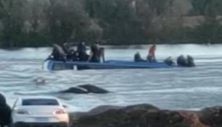 河北大巴车坠河乘客爬到车顶等待救援