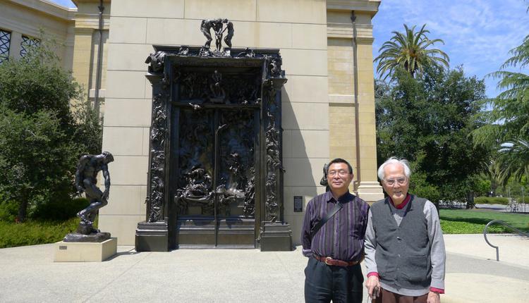 """作者和伏老在斯坦福大学罗丹""""地狱门""""作品前"""